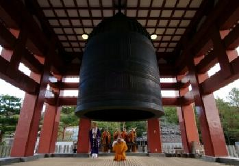 蓮華院誕生寺奥之院の飛龍の鐘